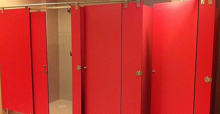 Cabinas De Ducha Para Gimnasios:Algunos usos de los paneles fenólicos en aseos, vestuarios y duchas