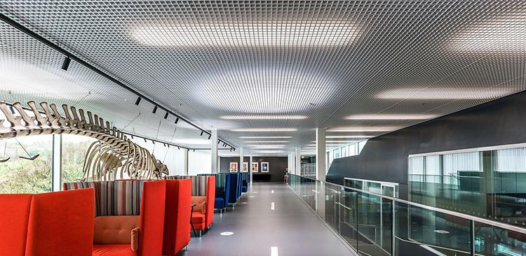 Línea de techos metálicos para interiores