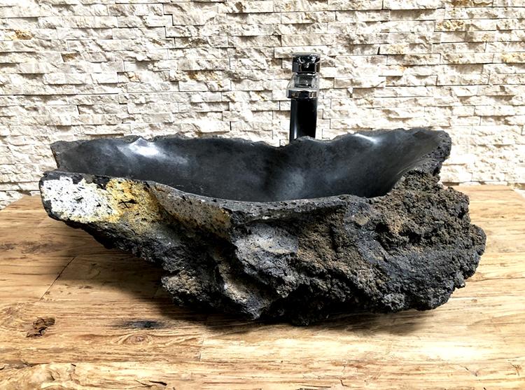 La fuerza de la piedra volcánica natural para el baño