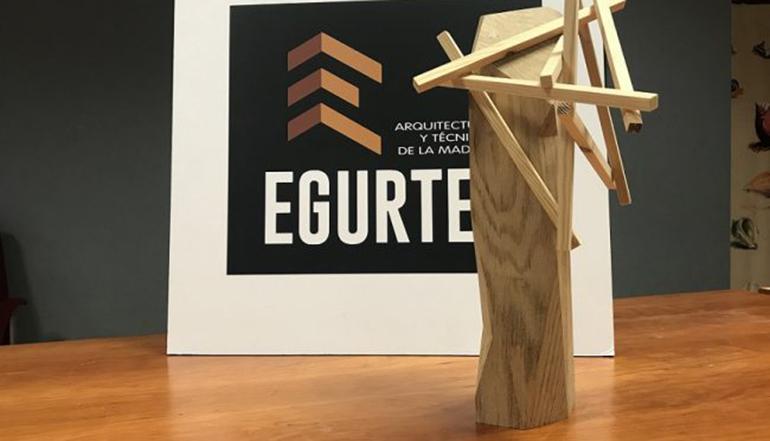 Confeccionado el trofeo de los Premios Egurtek