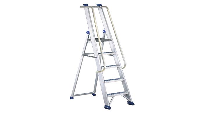 Escalera de tijera de aluminio con peldaños estriados antideslizantes
