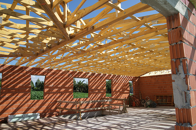 Vivienda con estructura de cerchas de madera en cubierta en Somo