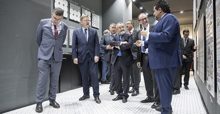 Representantes del gobierno valenciano pasean por los pasillos de Cevisama 2018